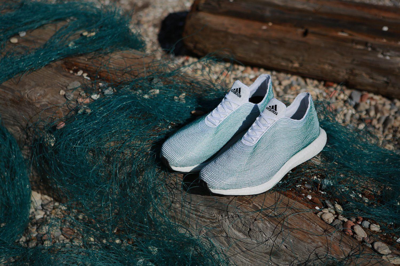 Adidas lanzó unos zapatos hechos con botellas de plástico