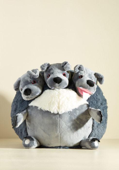 Cojín de Fluffy, el perro de tres cabezas