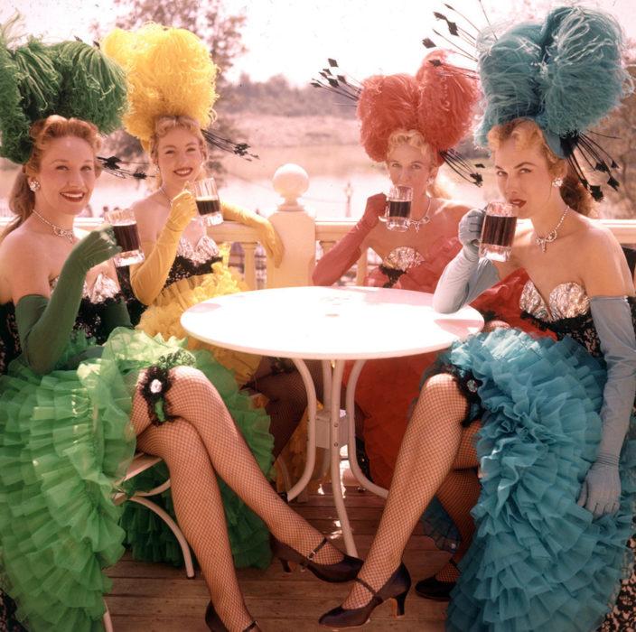 Bailarinas de disneyland tomando un vaso de refresco después de na actuación