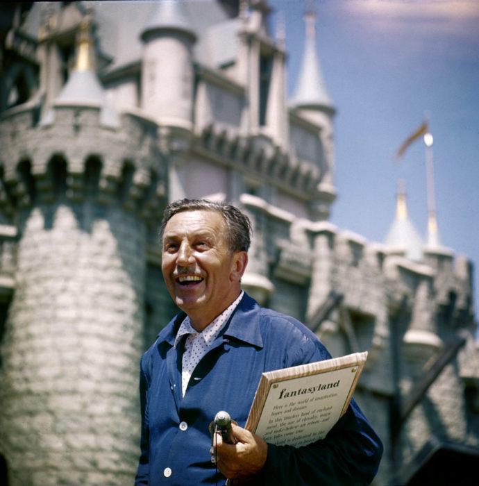 Walt Disney sonriendo en la apertura del parque de diversiones
