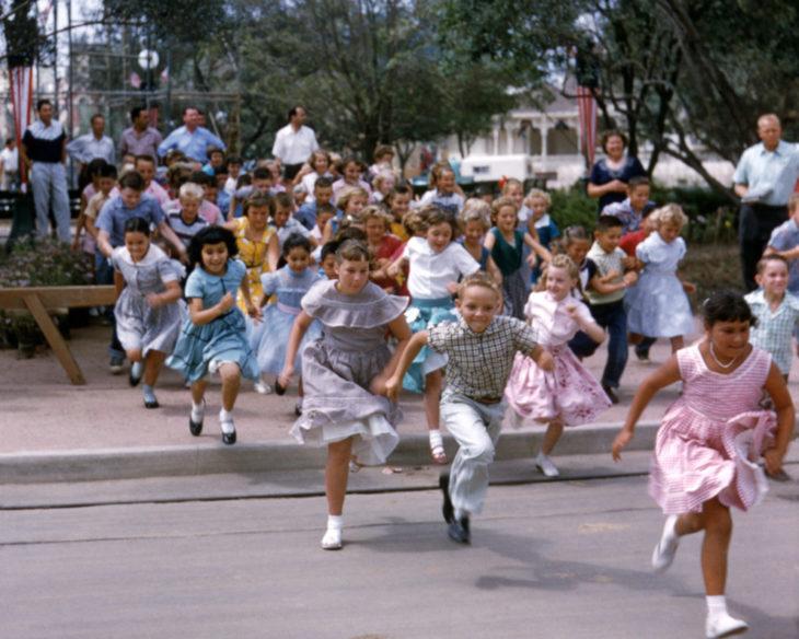 Niños corriendo para entrar al parque de disneyland