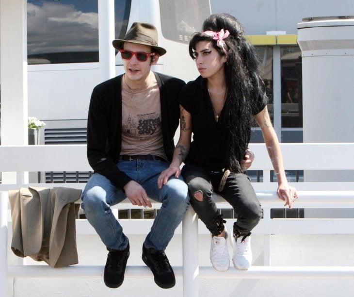 pareja sentada en reja