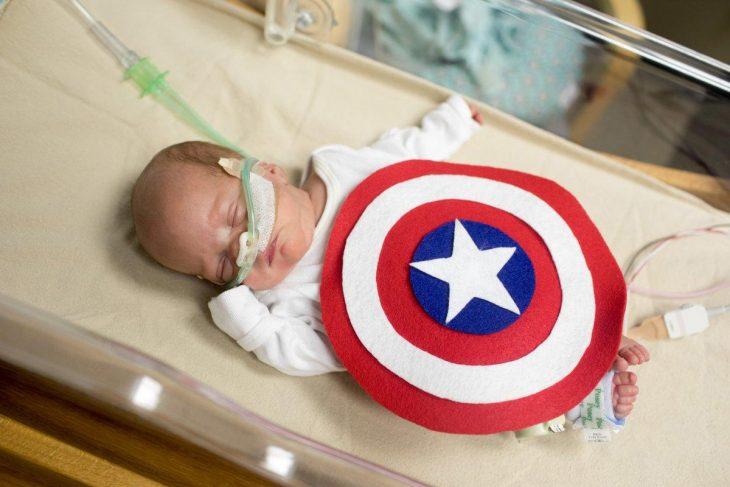 Bebé prematuro disfrazado de capitán América