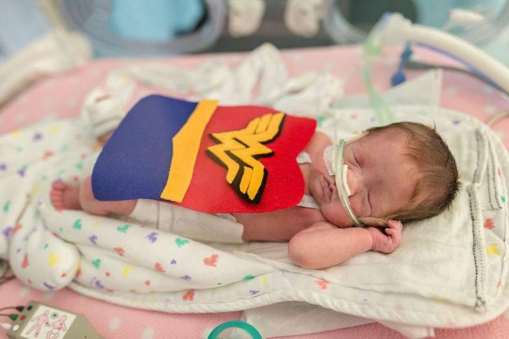 Bebé prematuro disfrazado de la mujer maravilla