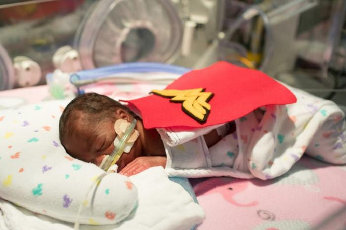 Bebé prematuro con capa