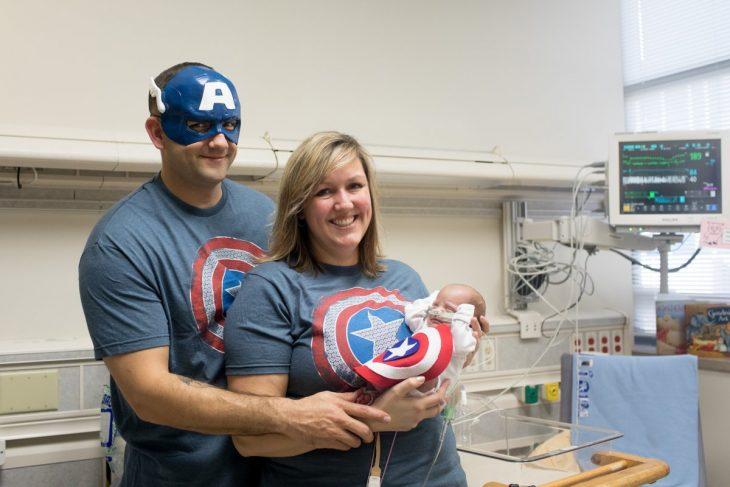 Bebé prematuro y familia vestidos del Capitán América