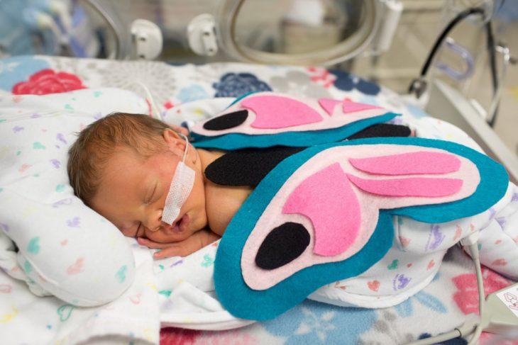 Bebé prematuro disfrazado de mariposa