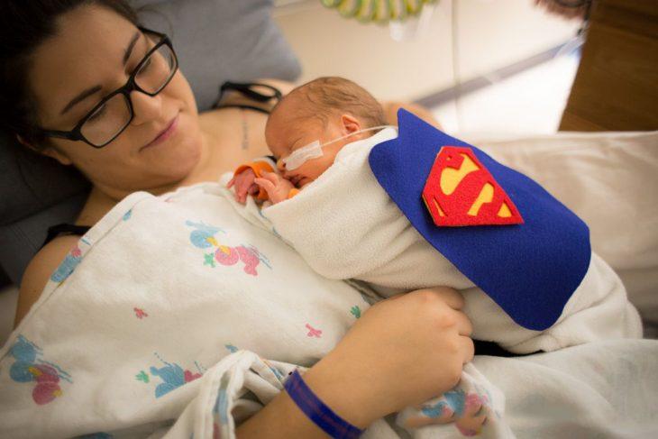 Bebé prematuro disfrazado de superman y su mamá
