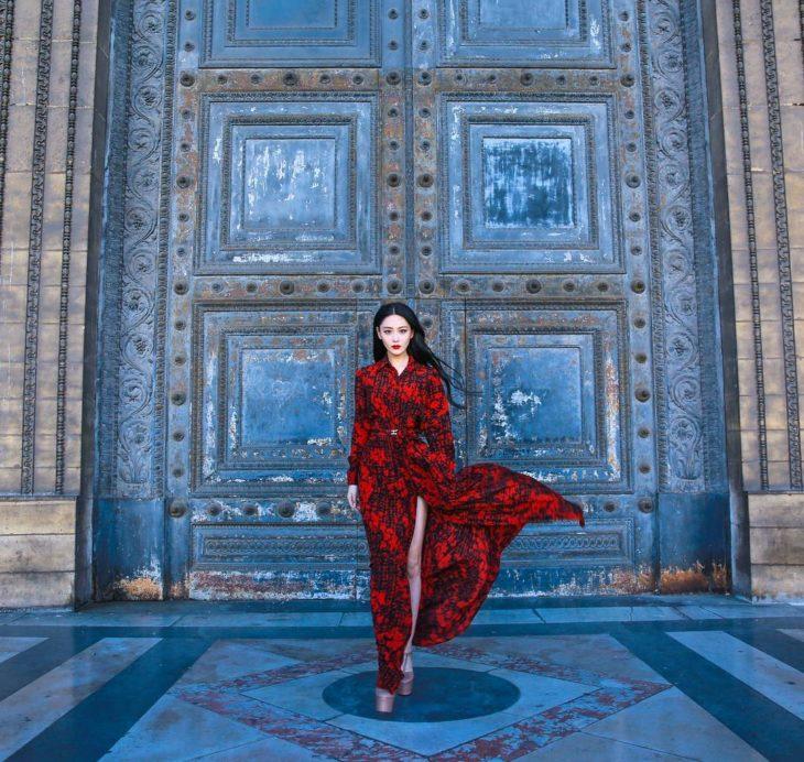 modelo con ropa de Carolina Herrera