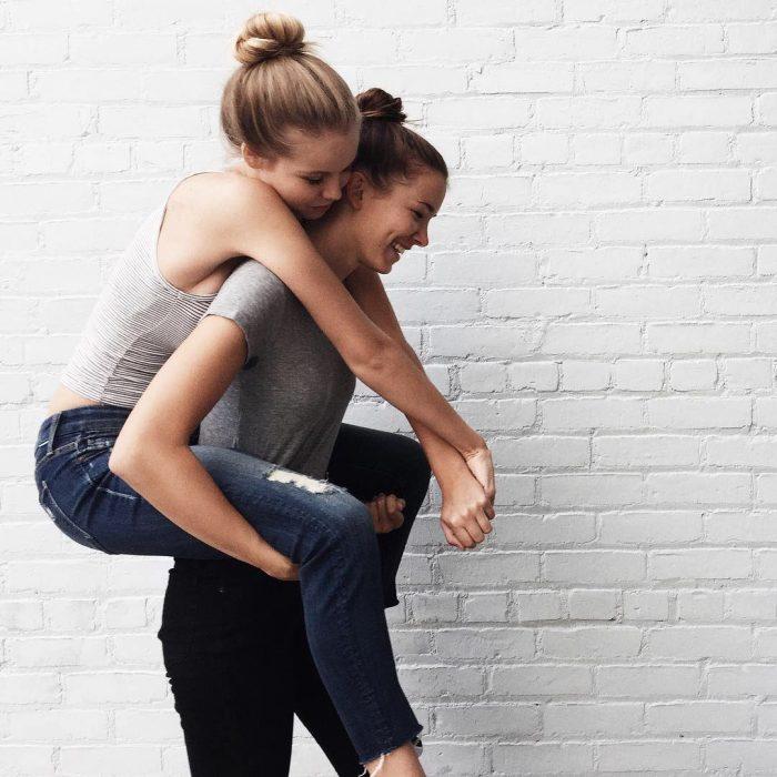 Amigas abrazadas de caballito