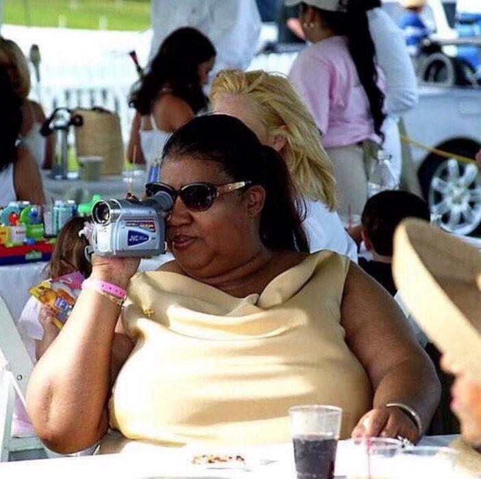 mujer sentada con camara de video