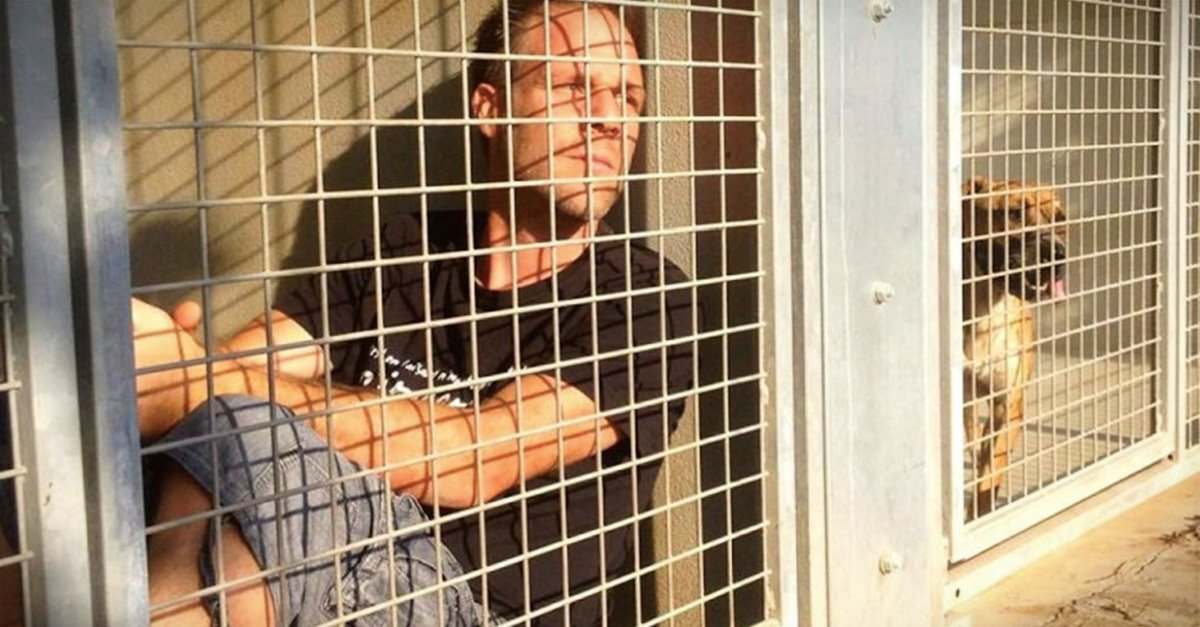 Comediante francés se encierra en jaula de refugio animal y salva a más de 150 mascotas