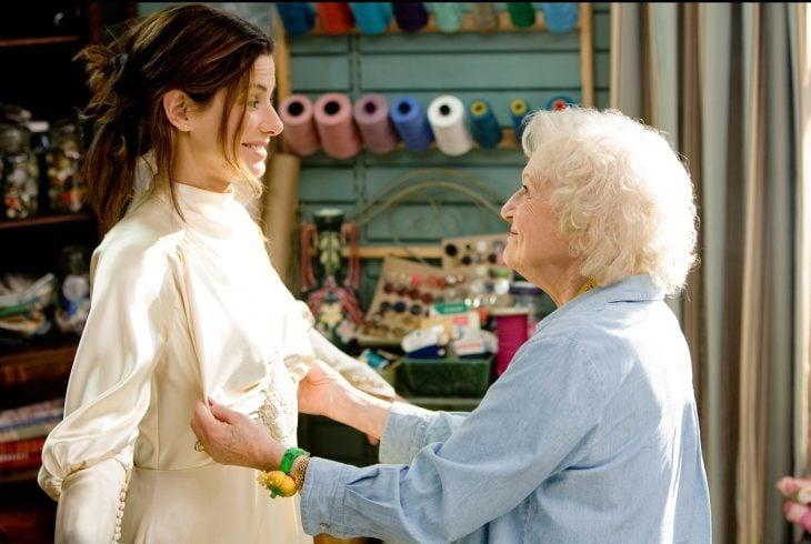abuela frente a mujer midiendo vestido