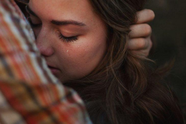 Chica llorando en el hombro de un chico