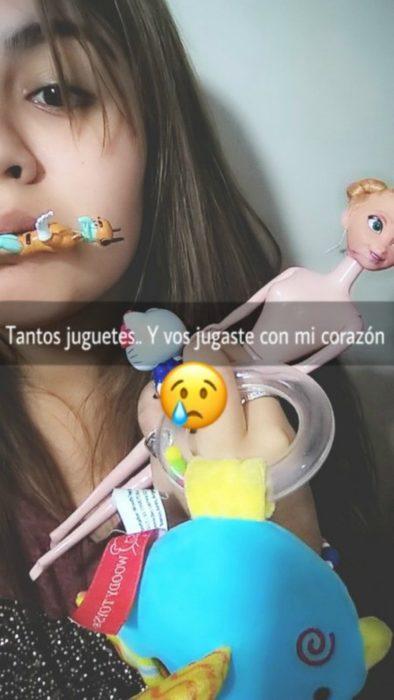 mujer con juguetes