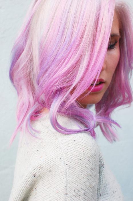 Cabello color rosa en varias tonalidades.