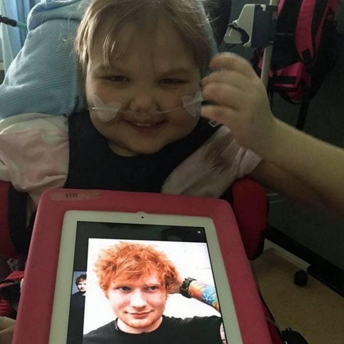 niña pequeña en hospital con foto de Ed Sheeran