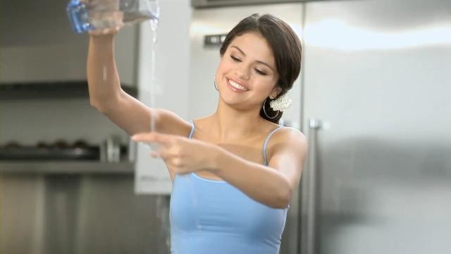Chica tirando agua