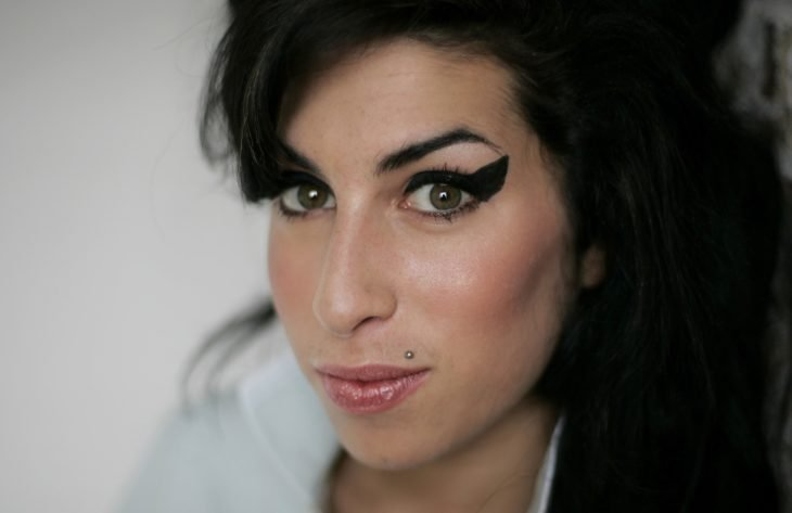 Amy Winehouse mostrando su delineado