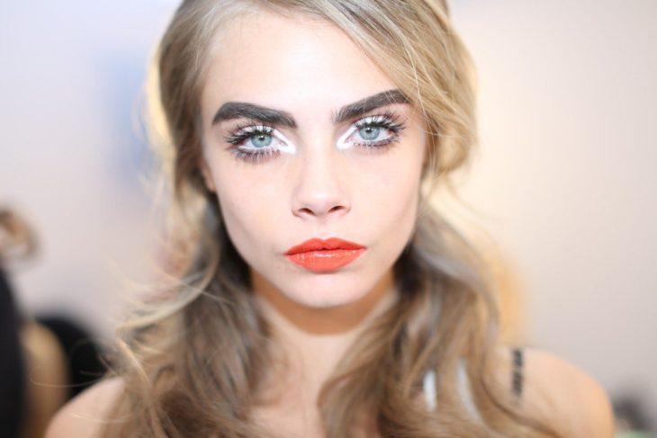 Cara Delevigne maquillada de forma exagerada