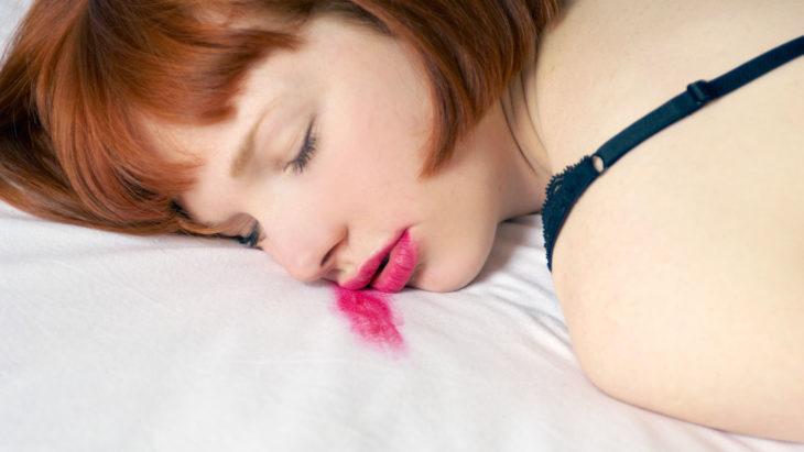 Chica dormida y con el maquillaje estropeado por la almohada