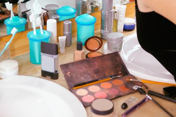 maquillaje estropeado en el baño