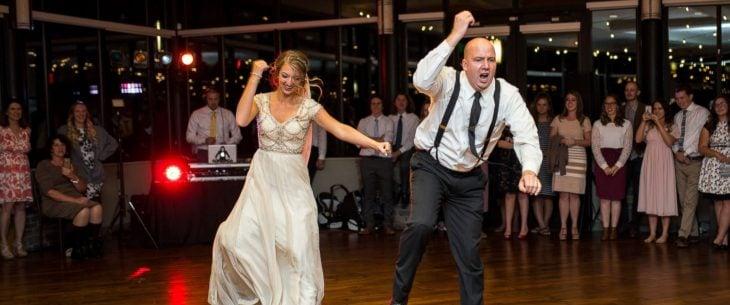 mujer con vestido de novia y hombre bailando