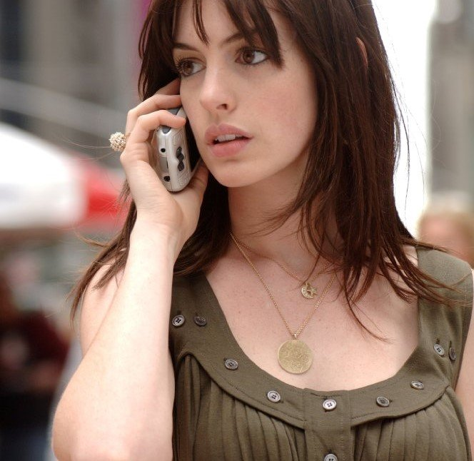 mujer de fleco con cambello largo hablando por telefono