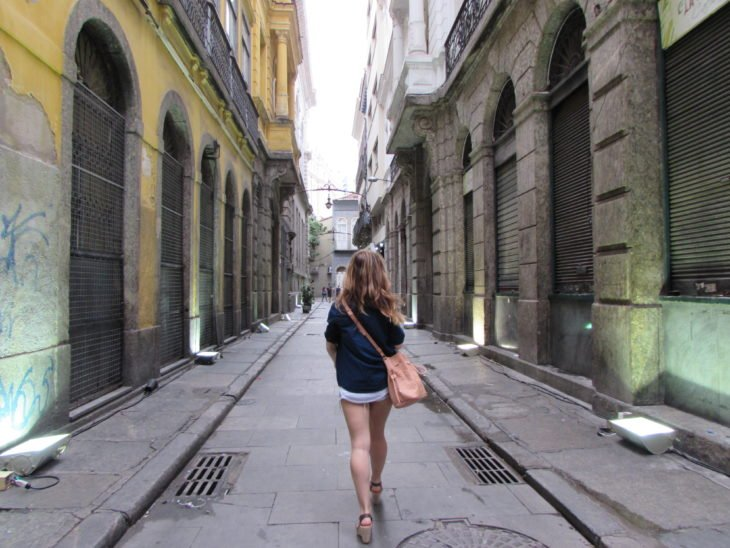 Mujer explorando