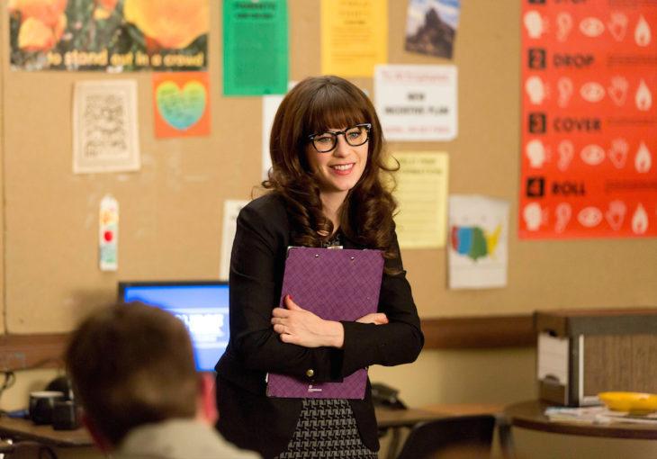 mujer con lentes en escuela