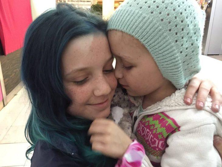 Hayley y su hermana abrazadas