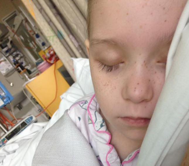 Niña con cáncer dormida