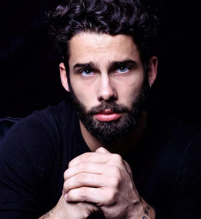 Chico de ojos verdes y barba