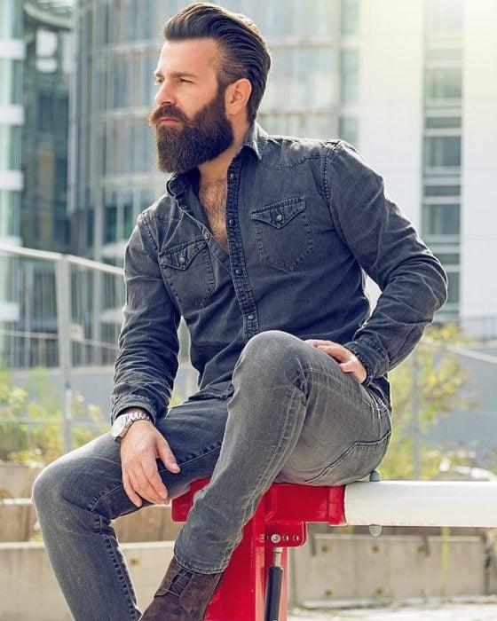 Chico con barba vestido casual