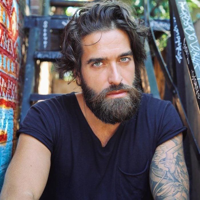 Chico de ojos verdes con barba