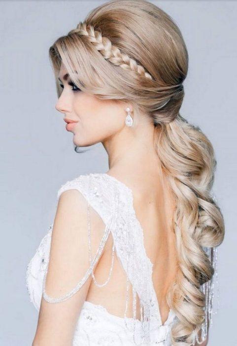 Chica con una trenza de diadema y el pelo rizado