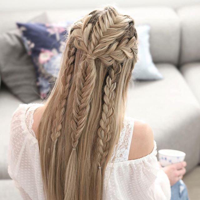 Chica con tres trenzas de cola de pez en su cabello