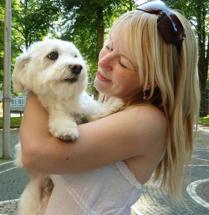 Perro abrazado