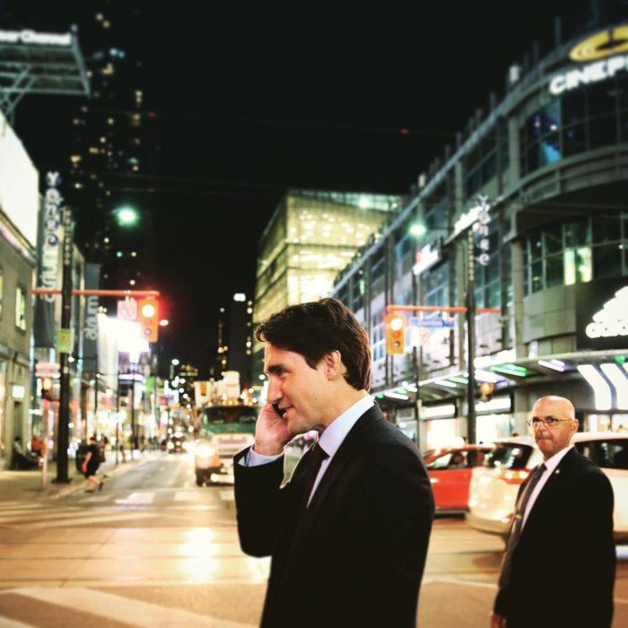 Justin Trudeau hablando por celular