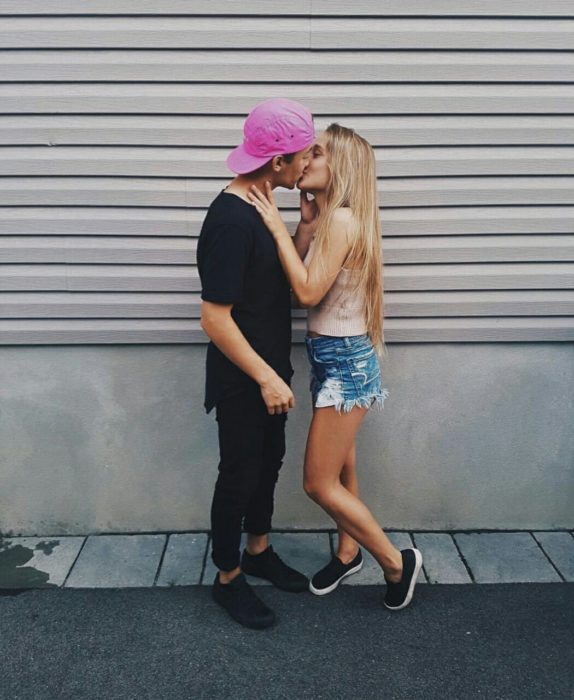 Pareja adolescente besándose