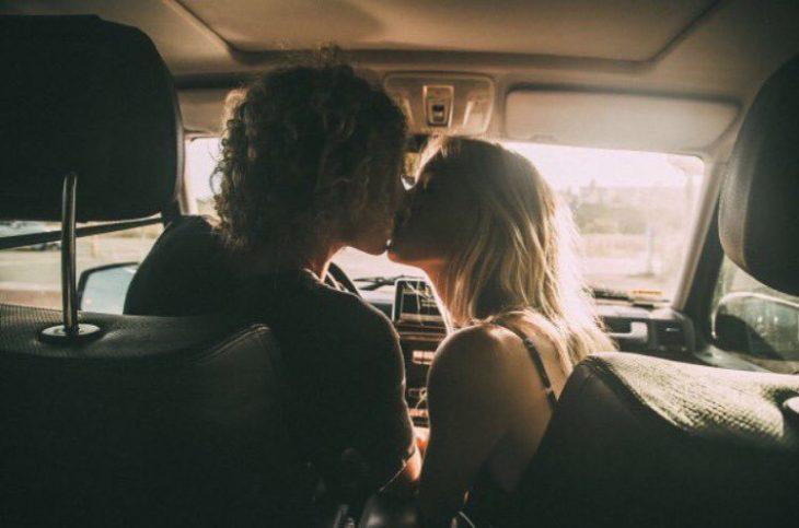 Pareja besándose en el coche