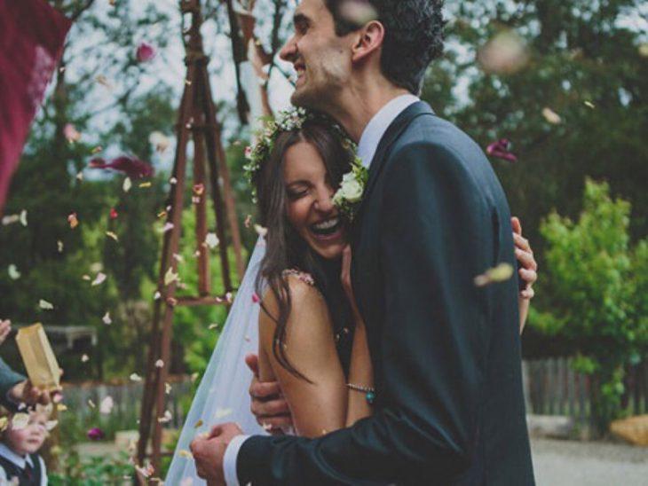 Pareja abrazada en su boda