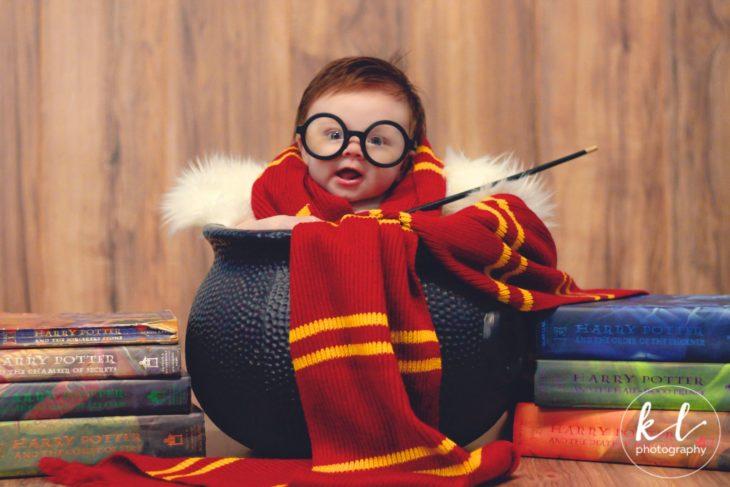 Lorelai García posando en un caldero en la sesión al estilo Harry Potter
