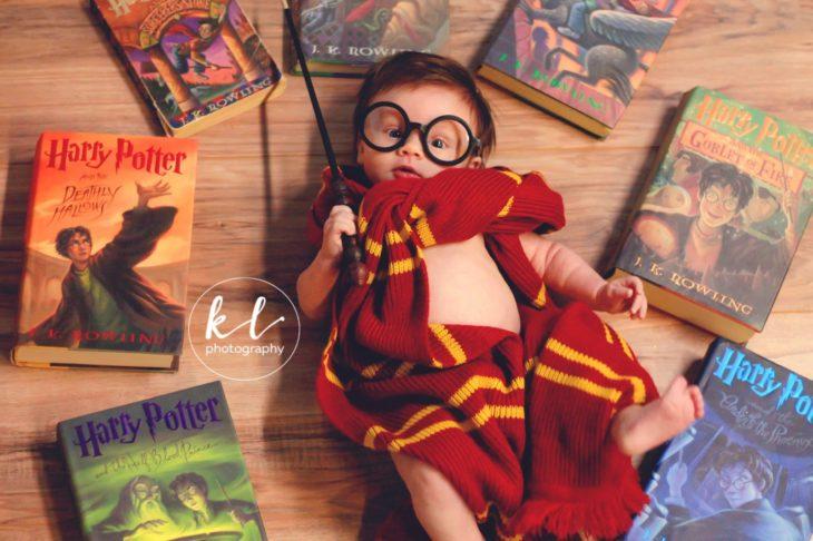 bebé rodeada de los libros de Harry Potter