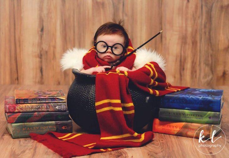 Bebé dentro de un caldero en una sesión al estilo Harry Potter