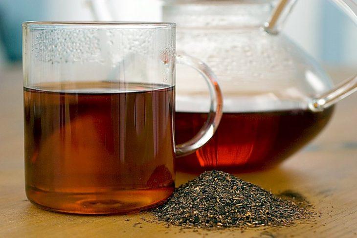 dos vasos con té y pimienta negra
