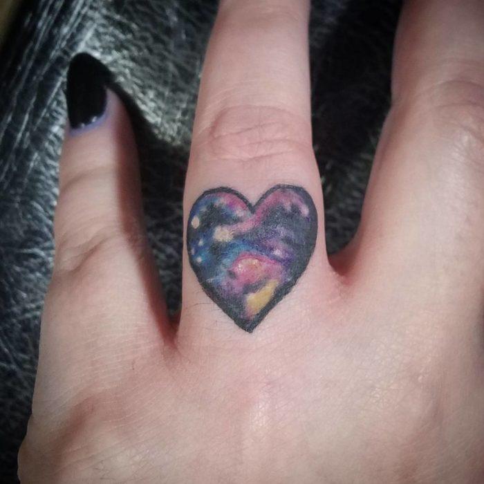 Tatuaje el espacio en corazón