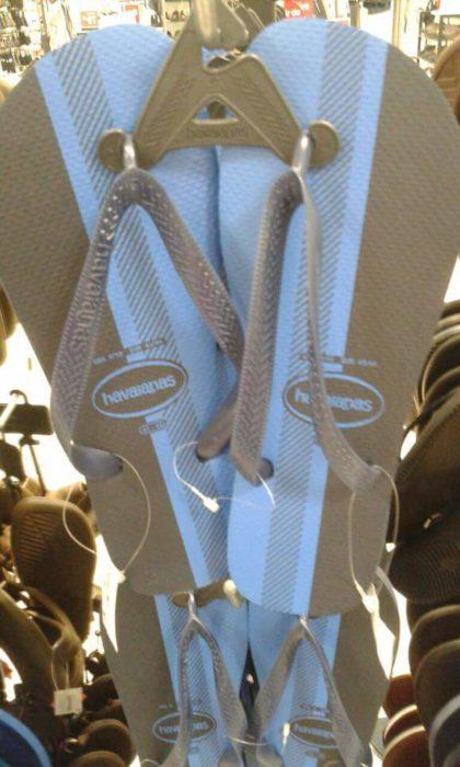 sandalias plástico doradas y blancas