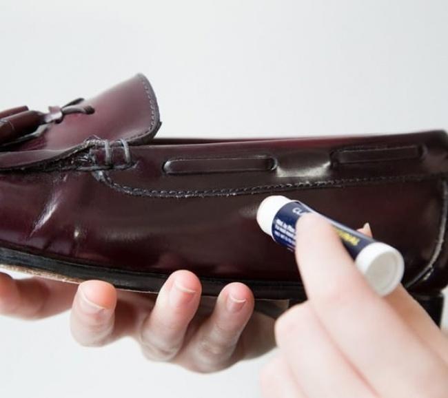 Reparando zapatos con bálsamo para labios