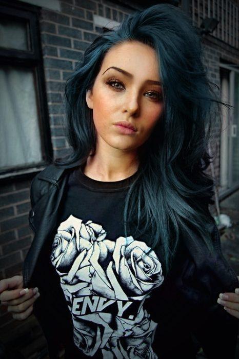 Joven con cabello azul grisáceo.